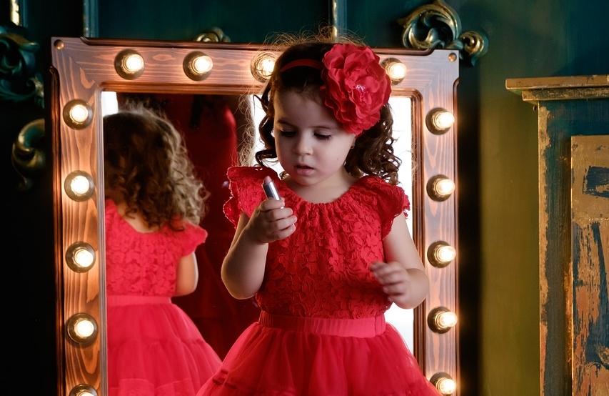 девочка у зеркала