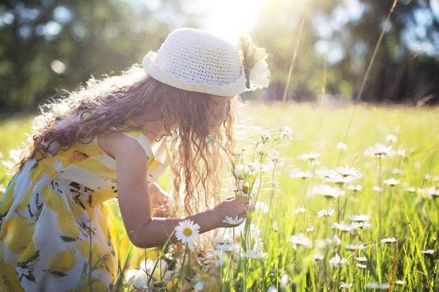 девочка на поле ромашек