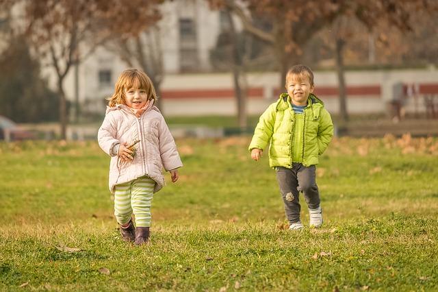 девочка и мальчик на поле