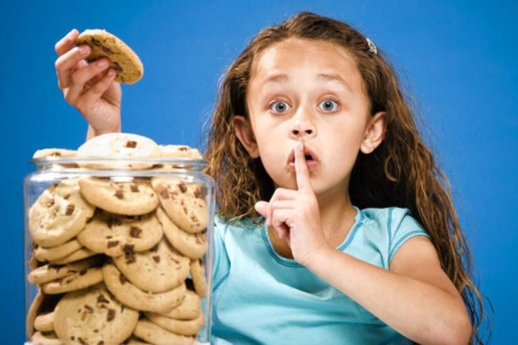 Девочка и банка с печеньем