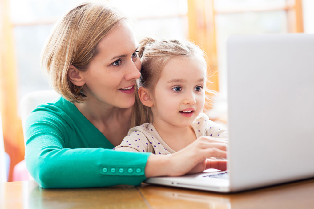 Мала и дочка с компьютером