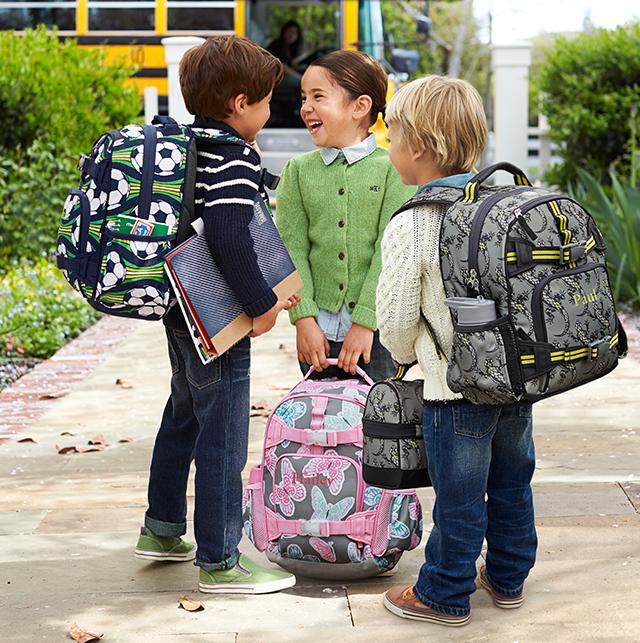 Дети на улице с портфелями