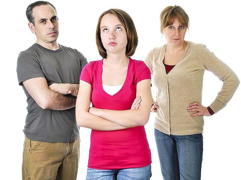 девочка и родители в ссоре